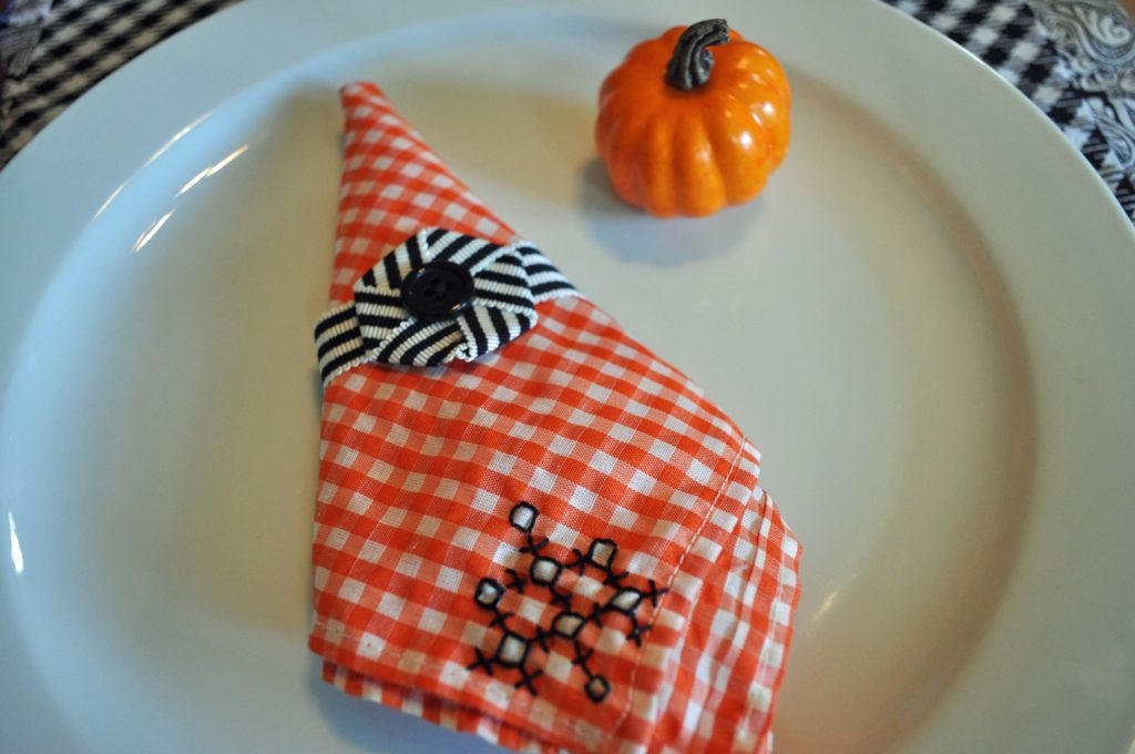 Easy Halloween Table Decoration: LauraBrayDesigns.com
