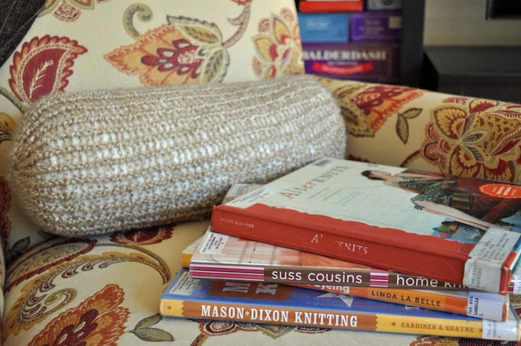 Make a bolster pillow on a Knifty Knitter Loom {http://www.laurabraydesigns.com}